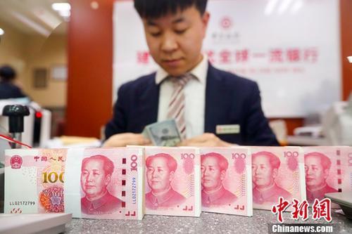 2月26日,山西省太原市一银行工作人员清点货币。当日,人民币对美元汇率中间价在实现连续六天上调后涨破了6.7关口。中国外汇交易中心公布的人民币对美元汇率中间价报6.6952,较前一交易日上调了179个基点,创逾七个月来新高。<a target=